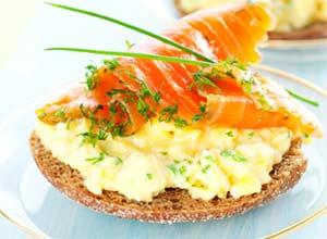 диетический завтрак с лососем